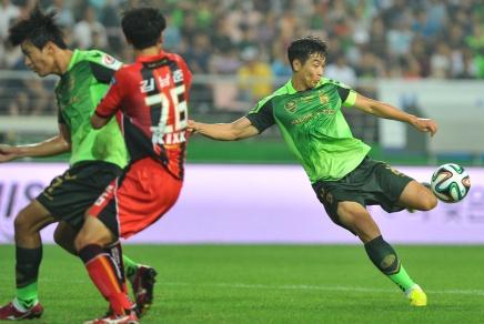 Lee Dong Gook scores against FC Seoul
